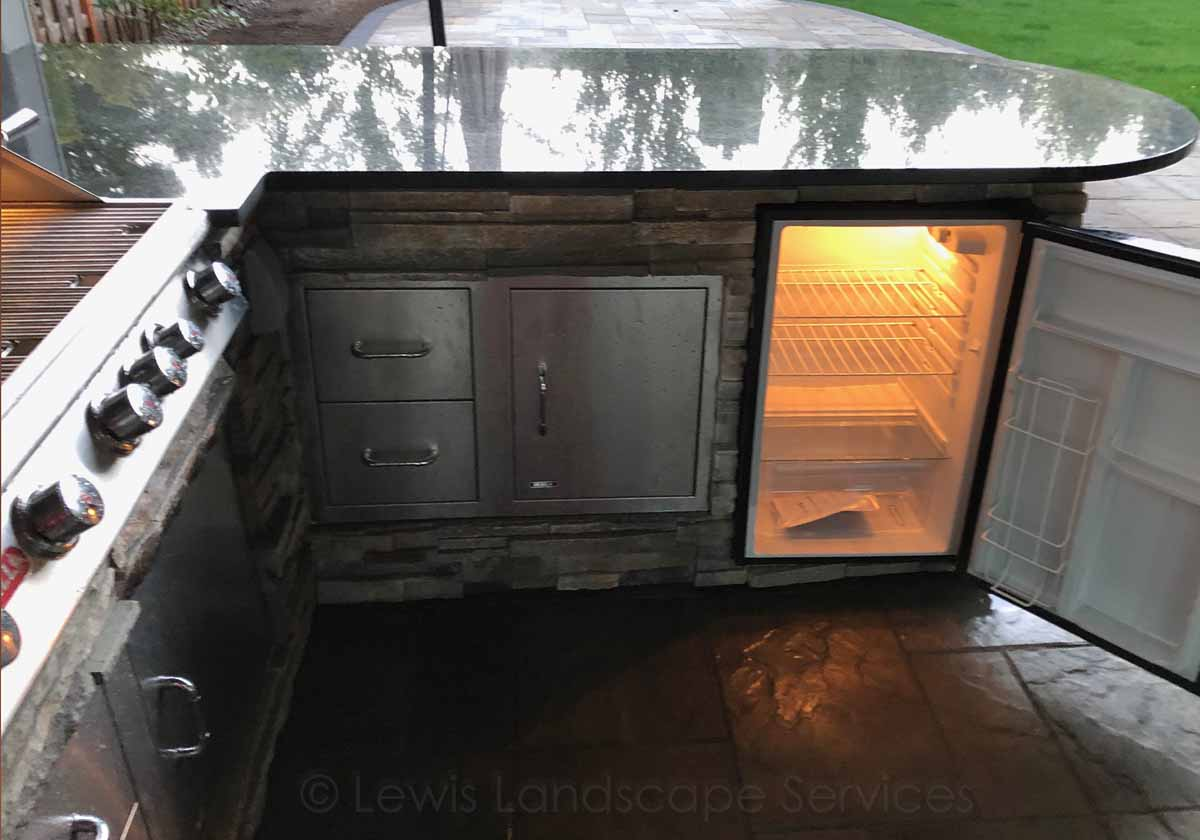 Outdoor Kitchen w/ BBQ, Drawers, Doors, Fridge, Sink, Granite