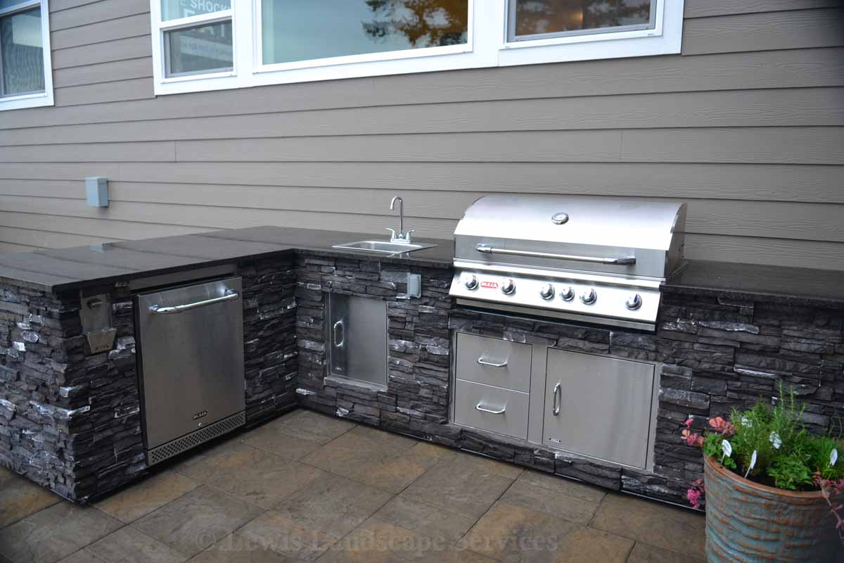 Outdoor Kitchen with Stainless Steel Components by Bull BBQ