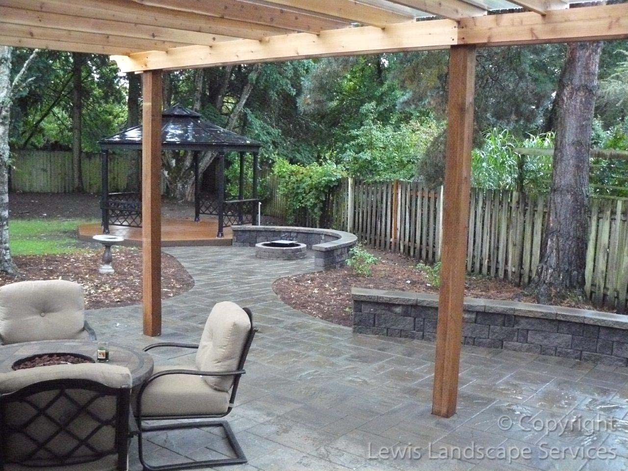 Outdoor-covered-structures-various-options-pergola-with-polycarbonate-roof 005